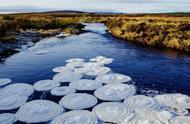 苏格兰高地河中现奇景 水面浮出 梦幻漩涡状冰雪披萨