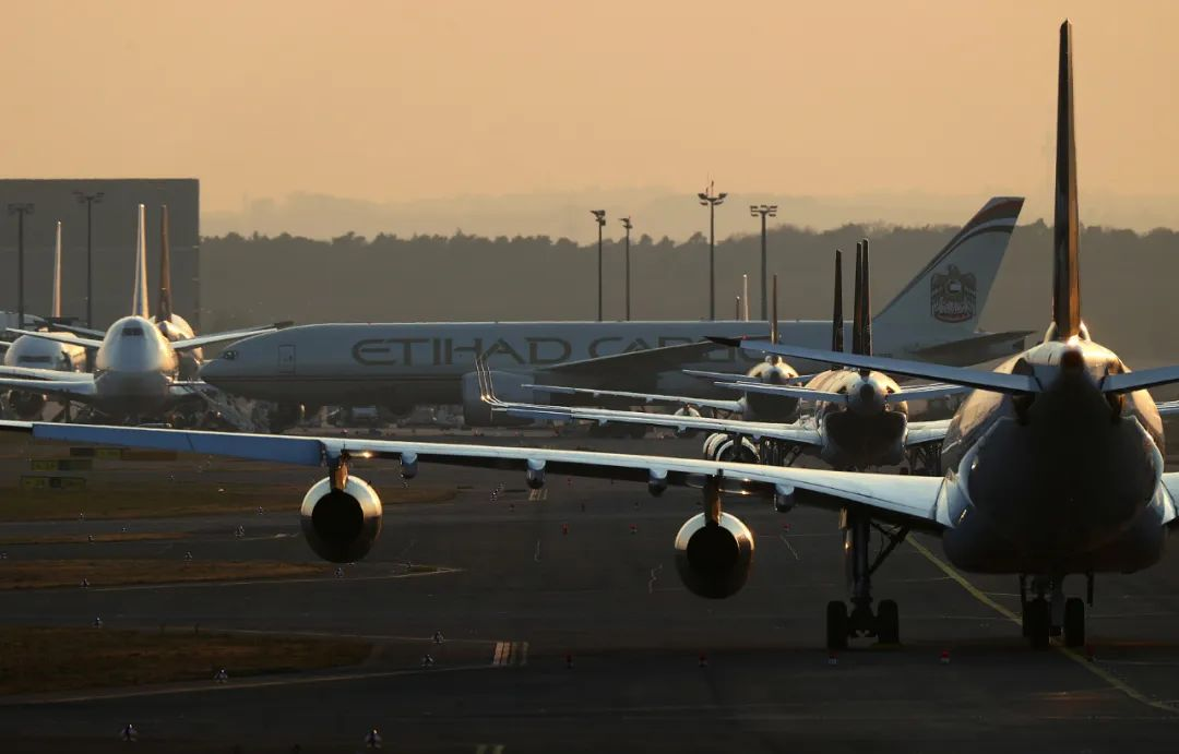 全球航空业休克,有空姐被解雇镜头前抹泪!(图)