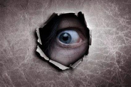 毛骨悚然!澳女子在家中地板看见自己的倒影 被偷窥很久了