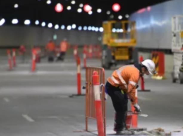 WestConnex第一阶段道路垃圾还未清除 预计开通时将有大量卡车通行